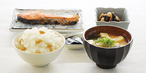 和食(蒸し大豆ごはん、味噌汁、鮭、昆布、大豆とひじきの煮物)