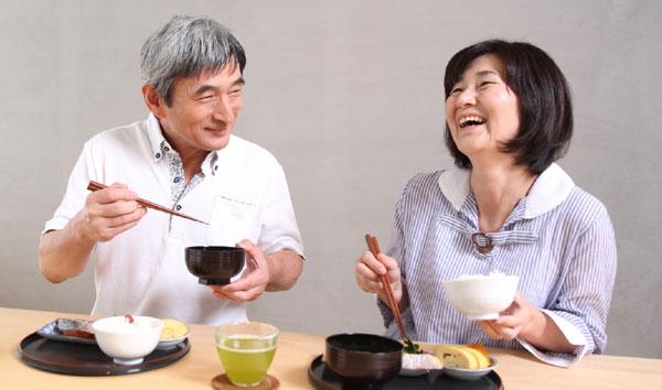 元気に食事をする老夫婦