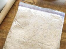 袋に入れたまま、蒸し大豆を潰します